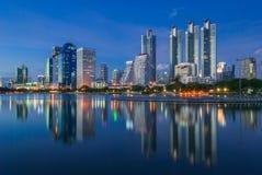Paesaggio urbano di Bangkok alla notte Immagine Stock