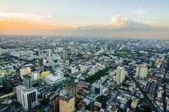 Paesaggio urbano di Bangkok, distretto aziendale con alta costruzione al giorno del sole Fotografie Stock Libere da Diritti