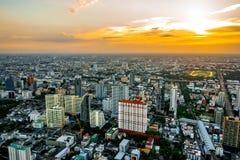 Paesaggio urbano di Bangkok, distretto aziendale con alta costruzione al giorno del sole Fotografia Stock Libera da Diritti