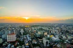 Paesaggio urbano di Bangkok, distretto aziendale con alta costruzione al giorno del sole, Immagine Stock