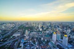 Paesaggio urbano di Bangkok, distretto aziendale con alta costruzione al giorno del sole, Fotografia Stock Libera da Diritti