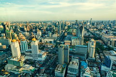 Paesaggio urbano di Bangkok, distretto aziendale con alta costruzione al giorno del sole, Bangkok, Immagine Stock