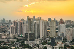 Paesaggio urbano di Bangkok, distretto aziendale con l'alta costruzione al crepuscolo Fotografie Stock