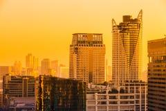 Paesaggio urbano di Bangkok, distretto aziendale con l'alta costruzione al crepuscolo Fotografia Stock