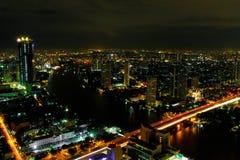 Paesaggio urbano di Bangkok durante la notte immagini stock libere da diritti