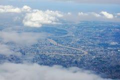Paesaggio urbano di Bangkok e vista del fiume nell'angolo alto e parzialmente nuvoloso Fotografie Stock