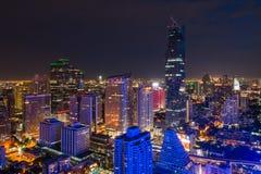 Paesaggio urbano di Bangkok nel distretto aziendale con alta costruzione al nig Fotografia Stock Libera da Diritti