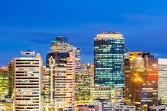Paesaggio urbano di Bangkok nella penombra, distretto aziendale con alta configurazione Fotografia Stock