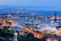 Paesaggio urbano di Barcellona alla notte immagini stock libere da diritti