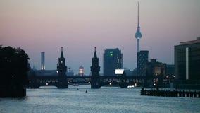 Paesaggio urbano di Berlino nella sera archivi video