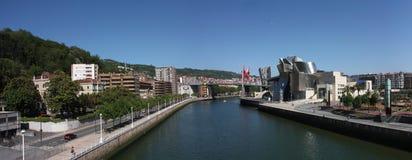 Paesaggio urbano di Bilbao, Spagna. Fiume di Nervion Immagini Stock