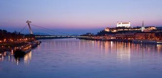 Paesaggio urbano di Bratislava al crepuscolo Fotografia Stock