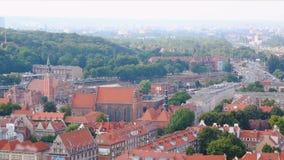 Paesaggio urbano di Danzica, vista sbalorditiva sui tetti arancio della costruzione e strada, turismo archivi video
