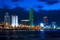 Paesaggio urbano di Ekaterinburg alla sera con il cielo blu nuvoloso città fotografia stock