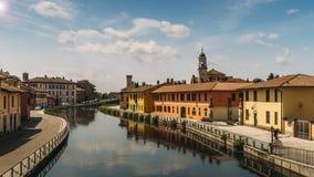 Paesaggio urbano di Gaggiano, appena fuori di Milano Le case Colourful hanno riflesso nel canale navigabile grande del canale di  Fotografia Stock