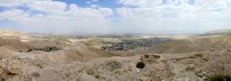 Paesaggio urbano di Gerico dal deserto della Giudea. fotografia stock libera da diritti