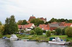 Paesaggio urbano di Havelberg (Germania, Sassonia-Anhalt) con il fiume di Havel Fotografia Stock