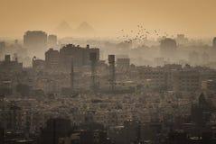 Paesaggio urbano di Il Cairo, con le grandi piramidi di Gizeh nei precedenti fotografie stock