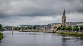 Paesaggio urbano di Inverness con il fiume Ness, la vecchia alta chiesa e la chiesa libera Fotografia Stock Libera da Diritti