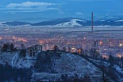 Paesaggio urbano di inverno di Brasov al crepuscolo Fotografia Stock