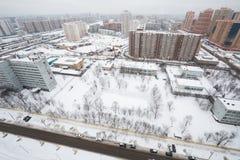 Paesaggio urbano di inverno di nuove case Immagini Stock