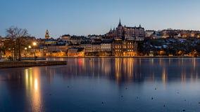 Paesaggio urbano di inverno di Stoccolma con la vista sopra Sodermalm immagini stock libere da diritti