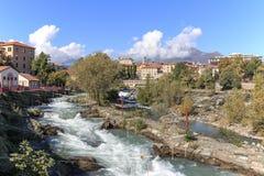 Paesaggio urbano di Ivrea e di Dora Baltea River in Piemonte, Italia fotografia stock libera da diritti