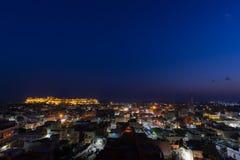 Paesaggio urbano di Jaisalmer al crepuscolo La fortificazione maestosa che domina la città Destinazione scenica di viaggio e attr immagine stock libera da diritti
