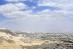 Paesaggio urbano di Jeriho dal deserto della Giudea. fotografia stock