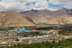 Paesaggio urbano di Lhasa che circonda con le montagne immagine stock