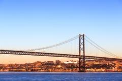 Paesaggio urbano di Lisbona e i 25 de Abril Bridge Fotografie Stock Libere da Diritti