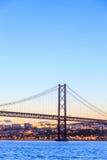 Paesaggio urbano di Lisbona e i 25 de Abril Bridge Immagine Stock