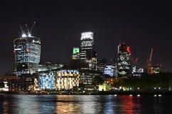 Paesaggio urbano di Londra alla notte fotografia stock libera da diritti