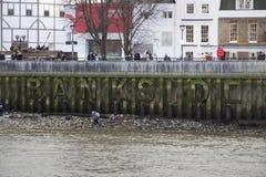 Paesaggio urbano di Londra attraverso il Tamigi con una vista dell'iscrizione del globo e di Bankside di Shakespeares, fotografia stock libera da diritti