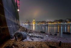 Paesaggio urbano di Londra dalla spiaggia di Tamigi a bassa marea Fotografie Stock Libere da Diritti