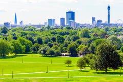 Paesaggio urbano di Londra visto dalla collina della primaverina fotografia stock libera da diritti