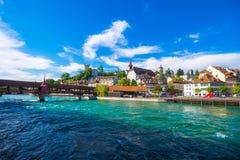 Paesaggio urbano di Lucerna con il fiume ed il ponte nella sera Fotografia Stock