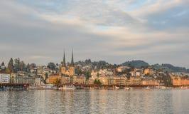 Paesaggio urbano di Lucerna lungo il lago Lucerna immagine stock