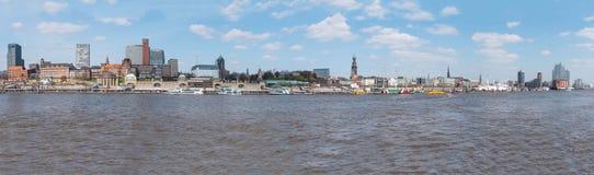 Paesaggio urbano di lungomare di horbor di Amburgo con il fiume Elba e la st Pauli Piers Immagini Stock Libere da Diritti