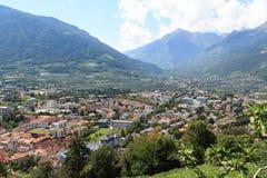 Paesaggio urbano di Merano e di panorama delle alpi della montagna nel Tirolo del sud Immagini Stock