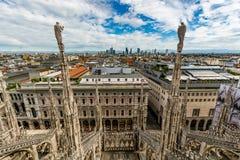 Paesaggio urbano di Milano - vista dal tetto della cattedrale, Italia fotografie stock