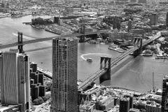 Paesaggio urbano di New York Vista superiore sul ponte di Brooklyn, U.S.A. BW immagini stock libere da diritti