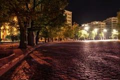 Paesaggio urbano di notte alla luce delle lampade Fotografia Stock