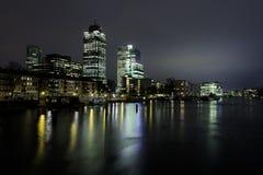 Paesaggio urbano di notte di Amsterdam fotografia stock libera da diritti