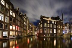 Paesaggio urbano di notte di Amsterdam fotografie stock