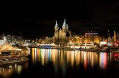 Paesaggio urbano di notte di Amsterdam, Paesi Bassi fotografia stock libera da diritti