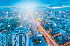 Paesaggio urbano di notte di Bangkok con le costruzioni moderne Immagine Stock Libera da Diritti