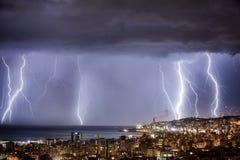 Paesaggio urbano di notte con forte fulmine Immagini Stock Libere da Diritti