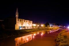 Paesaggio urbano di notte con il cielo ed il fiume Immagine Stock