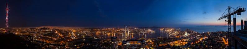 Paesaggio urbano di notte del Vladivostok Immagini Stock